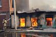 По предварительным данным, пожар начался в пустующем ветхом доме по улице Нижегородской