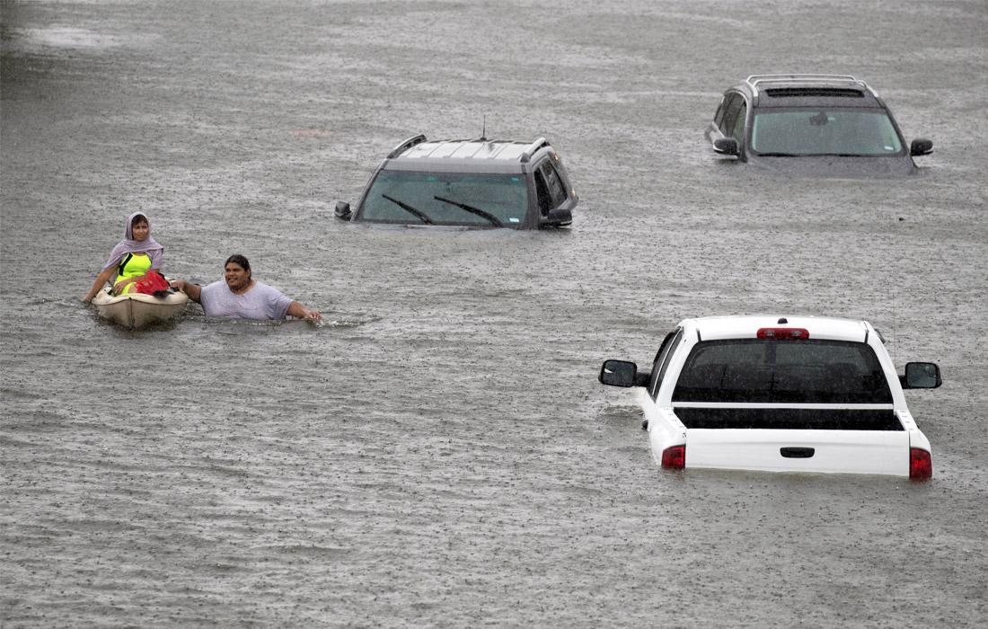 Ураган вызвал катастрофическое наводнение в Хьюстоне - одном из крупнейших городов штата Техас. Власти были вынуждены эвакуировать из опасных районов более 2 тыс. человек.