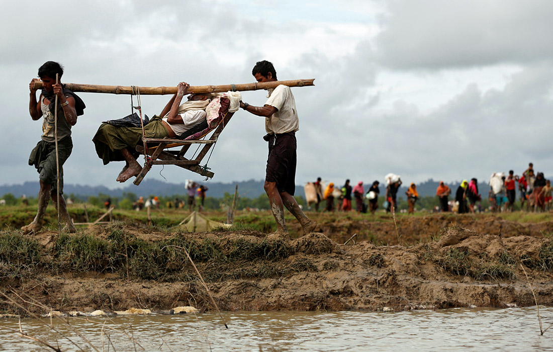 Не менее 18 тысяч рохинджа за это же время бежали в соседнюю Бангладеш, либо находятся на границе с ней. Гуманитарные организации утверждают, что только за 2 сентября границу пересекли 70 тысяч человек.
