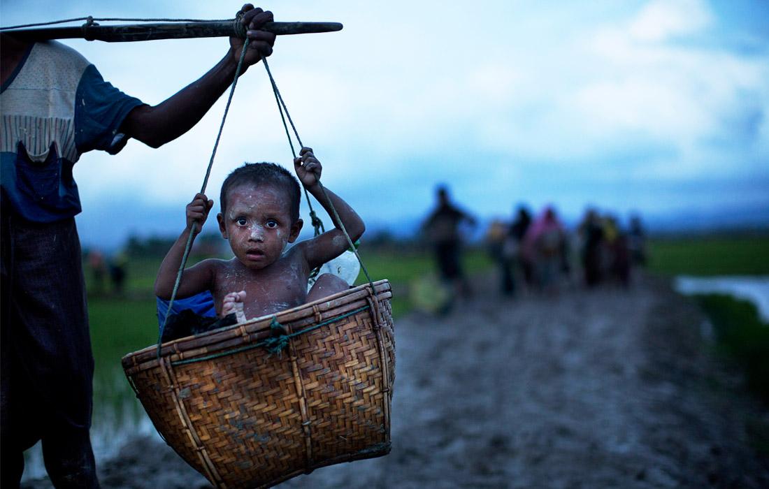 Беженцы, которые добрались до Бангладеш, рассказывают о массовых убийствах, уничтожении и поджогах деревень, пытках и изнасилованиях, совершаемых солдатами в их родных краях