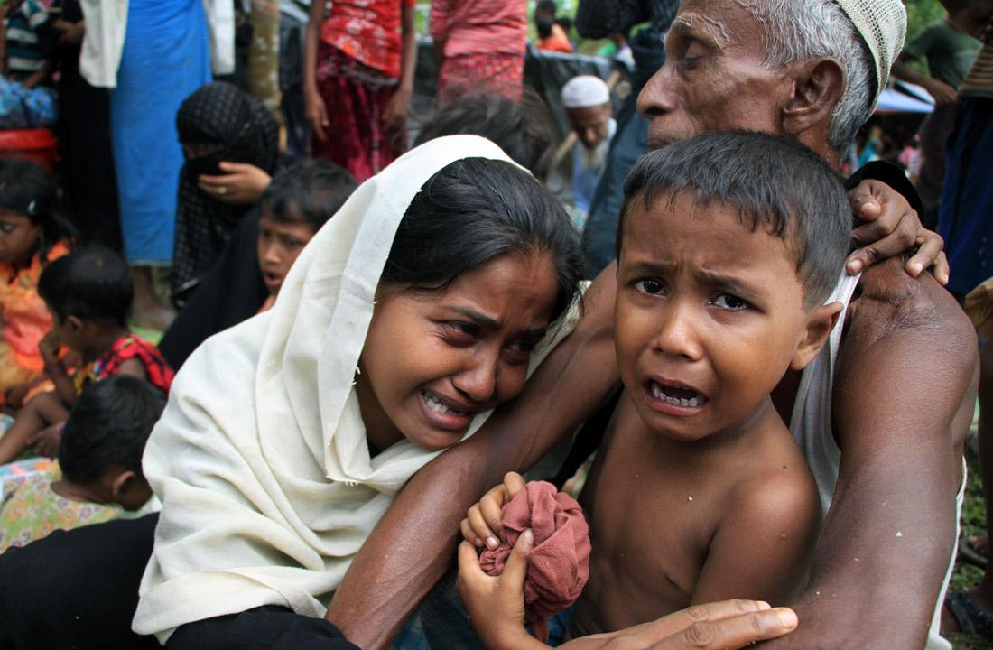 """Ситуация в Мьянме обострилась 25 августа, когда представители группировки """"Армия спасения Аракан рохинджа"""" напали на полицейские посты и армейские базы, отреагировав таким образом на преследования представителей этнической группы рохинджа, проживающей в штате Ракхайн на западе страны. В ответ власти арестовали сотни представителей рохинджа, а также заявили об убийстве примерно 400 боевиков."""