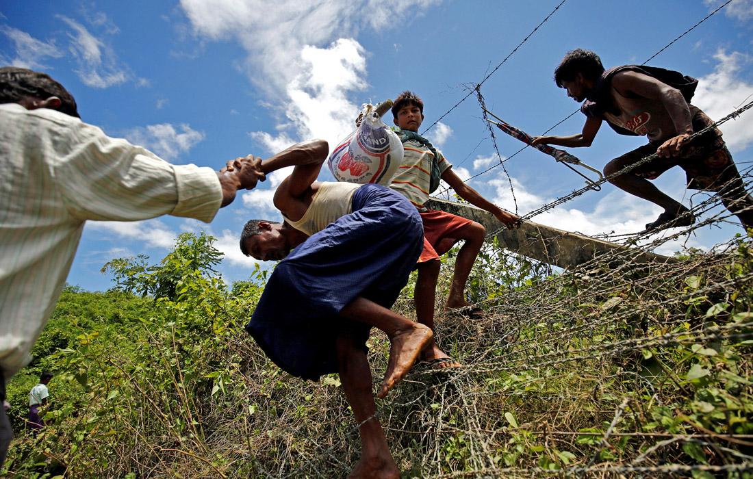 Власти Мьянмы отрицают геноцид мусульман. Правительство обвиняет повстанцев в том, что они сами сжигают свои дома и убивают буддистов.