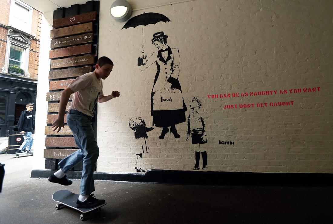 Граффити с изображением принцессы Дианы в образе Мэри Поппинс с принцем Джорджем и принцессой Шарлоттой появилось на одном из зданий в Лондоне