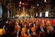 Сотни буддийских монахов собрались на коллективную молитву, посвященную усопшему королю Пхумипону Адульядету, в комплексе Королевского дворца в Бангкоке. В стране идет строительство Королевского погребального комплекса, где он будет кремирован, предположительно, в первую годовщину своей смерти.