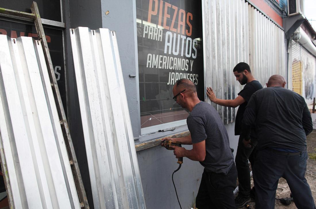 """Накануне власти штата Флорида начали эвакуацию местных жителей. При этом, как отмечается, """"Ирма"""" по мере приближения будет набирать силу и уже способен срывать крыши и разбивать окна."""