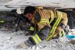 Власти ввели режим тишины для того, чтобы спасатели смогли услышать людей, оказавшихся под завалами
