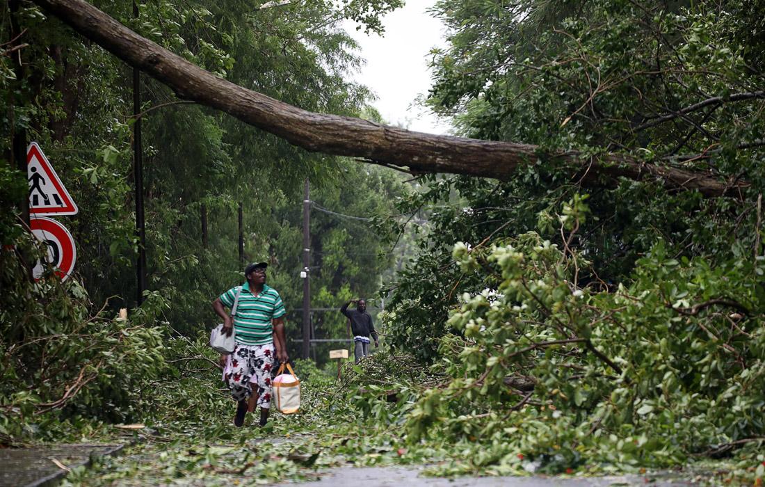 Представители властей призвали граждан не покидать укрытия и объявили о серьезных последствиях удара стихии