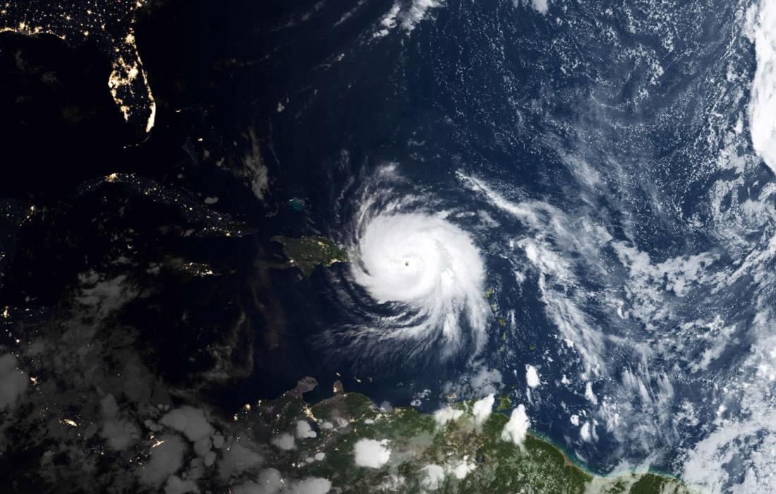 """Урагану """"Мария"""" была присвоена наивысшая - пятая - категория мощности по шкале Саффира-Симпсона. В течение вторника он ослабевал до четвертой категории, однако затем вновь усилился до самого высокого уровня. Максимальная скорость порывов ветра достигает 260 км/ч."""
