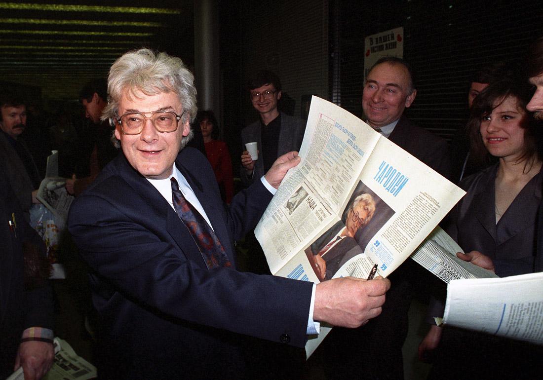"""Аллан Чумак дарит """"заряженные"""" им газеты во время благотворительного бала прессы. 1992 год."""