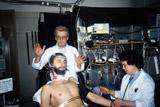 Аллан Чумак во время эксперимента в лаборатории НИИ нормальной физиологии имени П.К. Анохина АМН СССР. 1989 год.