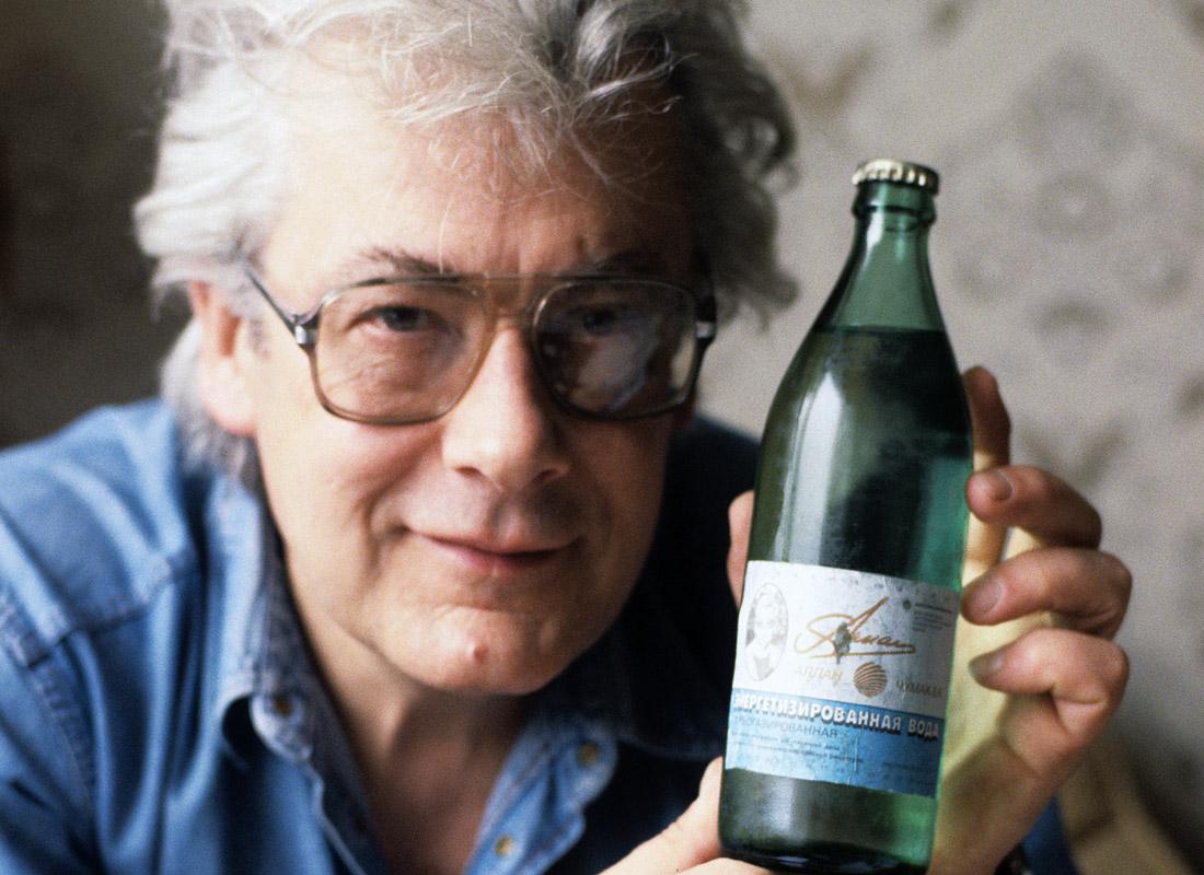 """Аллан Чумак с """"заряженной"""" им бутылкой газированной воды. 1992 год."""