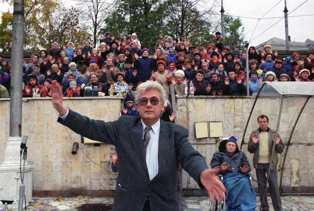 """Аллан Чумак заряжает воду в бассейне """"Чайка"""". 1992 год."""
