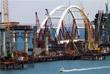 В четверг, 12 сентября, массивную конструкцию весом около 5,5 тысячи тонн подняли на проектную высоту в 35 метров при помощи 12-ти домкратов общей грузоподъемностью почти восемь тысяч тонн, в ночь на пятницу арку закрепляли на опорах