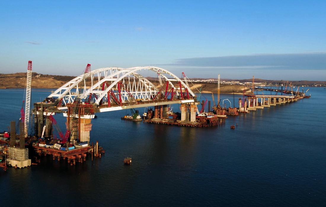 Девятнадцатикилометровый Керченский мост станет самым длинным в России и соединит Крым с остальной Россией автомобильной и железной дорогой. Предполагается, что движение машин по мосту откроется в декабре 2018 года, поездов - в декабре 2019 года.