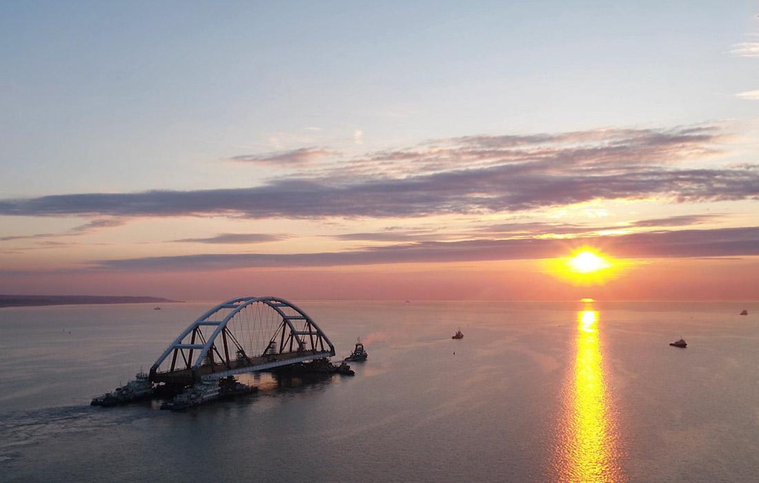 Морская операция по транспортировке арки от технологической площадки на востоке Крыма началась утром 11 октября