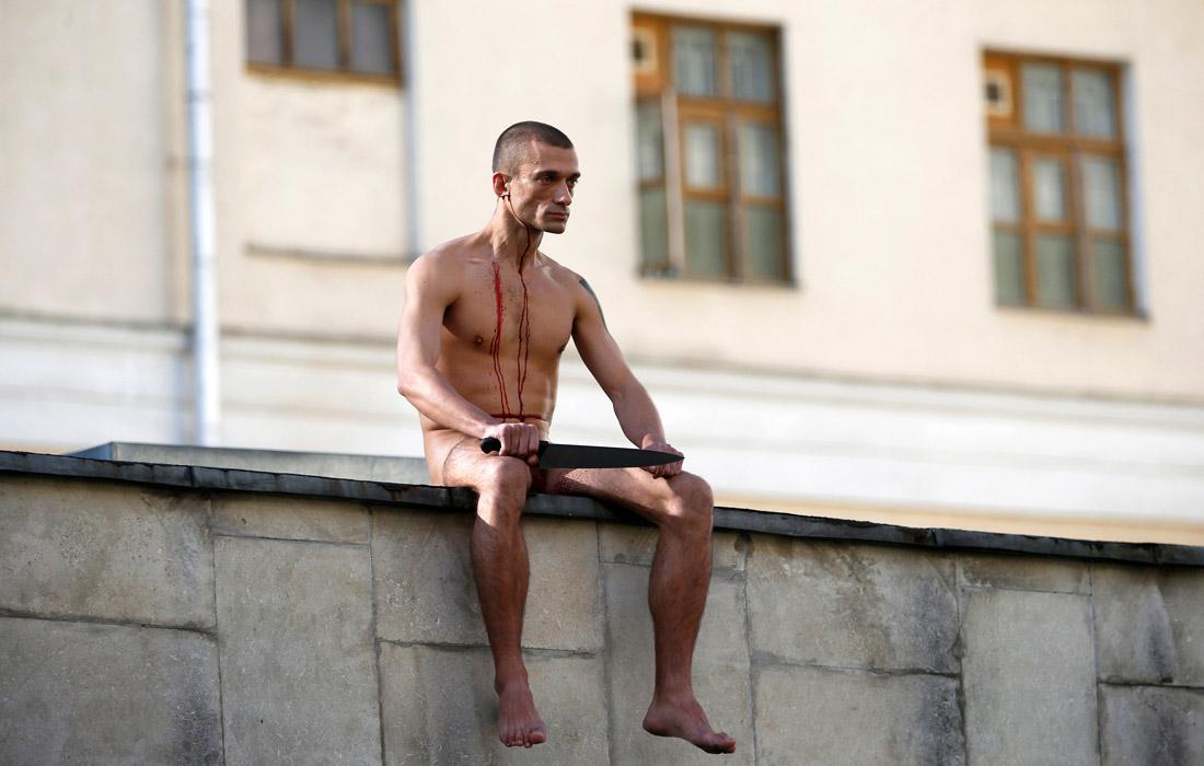 В октябре 2014 года акционист отрезал себе мочку уха на крыше института имени Сербского в Москве. Целью своего очередного перформанса скандальный художник провозгласил привлечение внимания общественности к использованию психиатрии в политических целях.