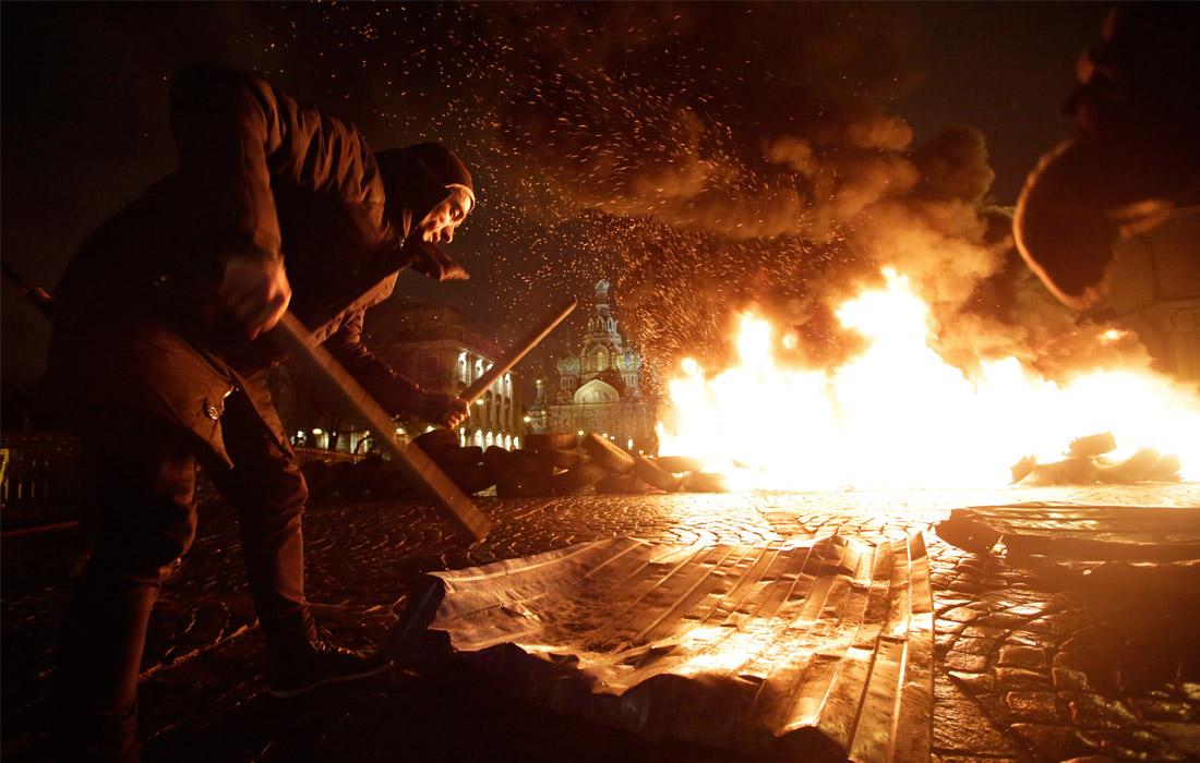 """В феврале 2014 года художник устроил акцию """"Свобода"""" - поджег покрышки у храма Спас-на-Крови в поддержку украинского майдана. За это акционист был приговорен к году и 4 месяцам ограничения свободы."""