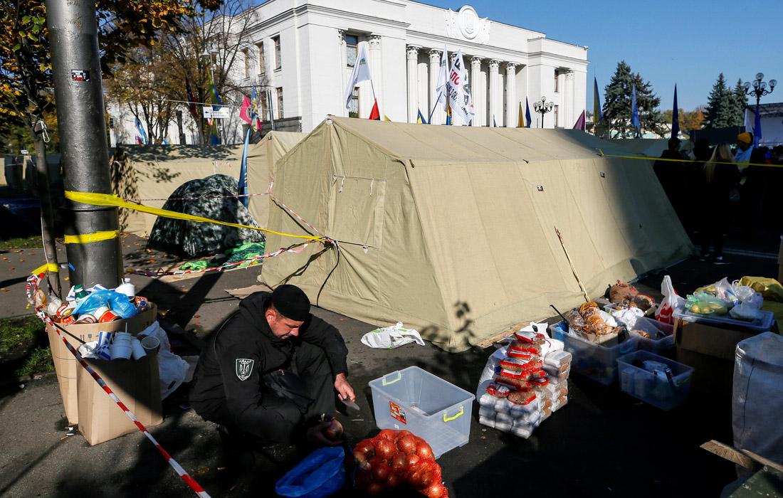 Возле палаток, размещенных на проезжей части улицы Грушевского, развернули полевую кухню