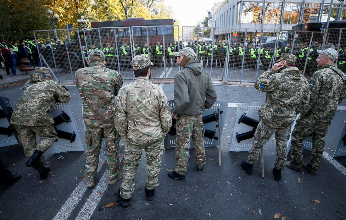 Сотрудники полиции и Нацгвардии оцепили здание Рады и перекрыли подходы к нему заборами
