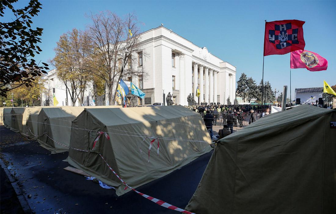 В палатках, расположенных у здания Рады, находятся не более 200 человек