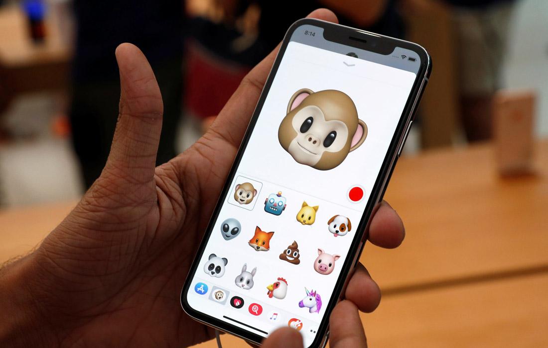 Покупатель тестирует новый iPhone X в Сингапуре