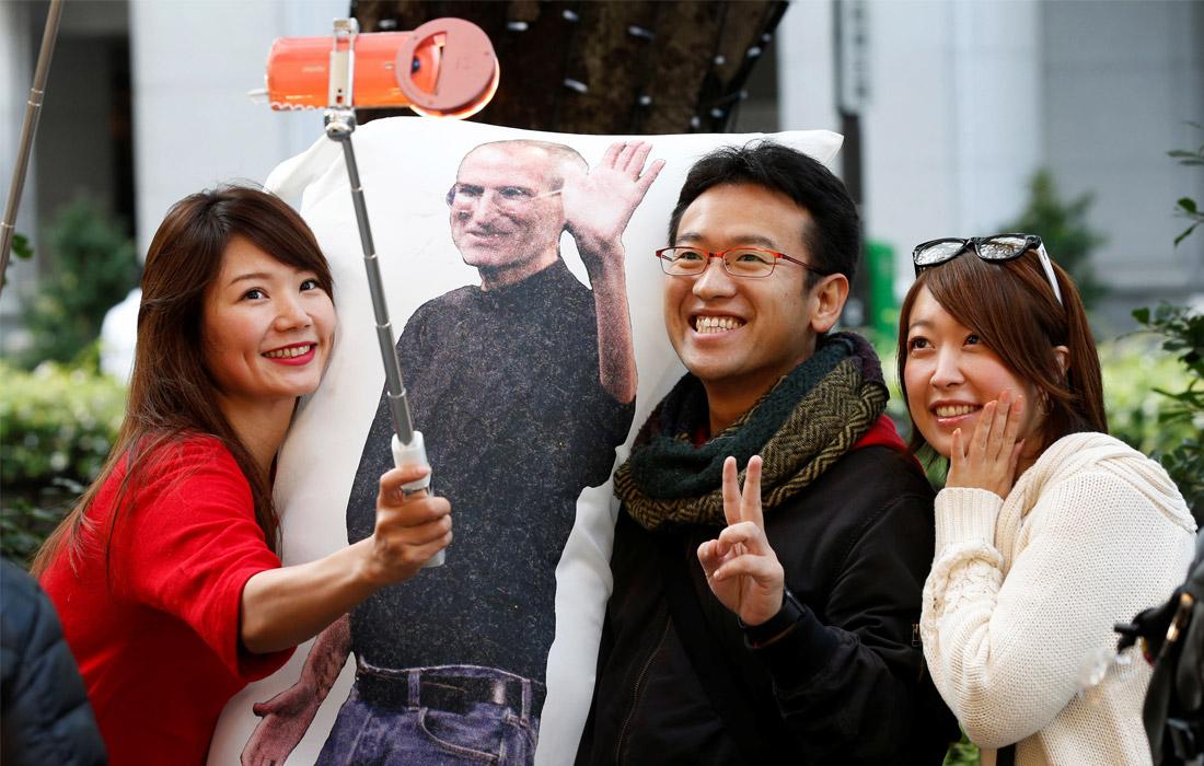 Поклонники продукции Apple у магазина в Токио