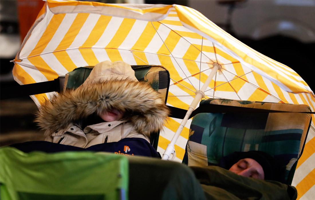 """Жители Берлина, устроившие лагерь перед входом в фирменный """"яблочный"""" магазин за несколько дней до официальных продаж"""