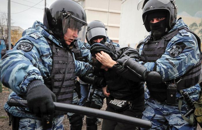 СК поведал онападении мужчины наполицейского наакции в столицеРФ