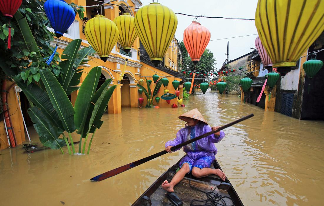 Перед ударом тайфуна из опасных районов было эвакуировано около 30 тыс. человек, включая иностранных туристов