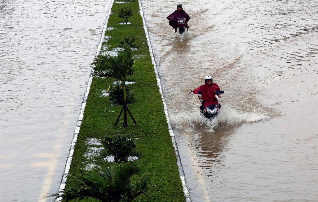 Ухудшилась транспортная ситуация в центральной части Вьетнама. Под водой оказался 30-километровый участок железной дороги, связывающий север и юг страны.