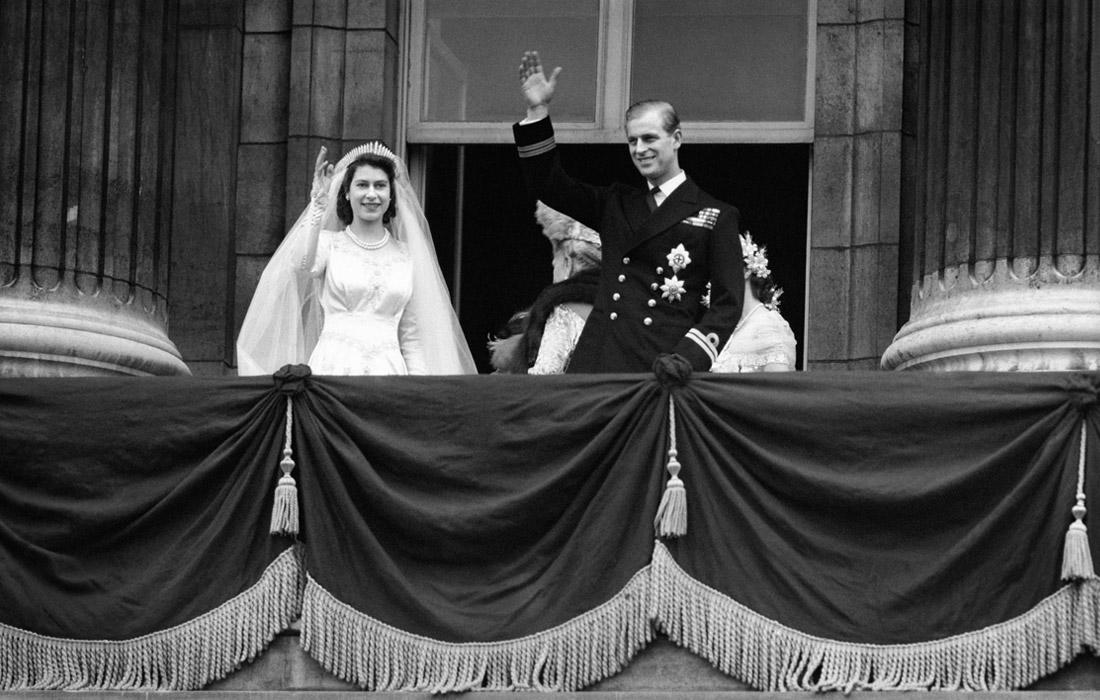 Принцесса Елизавета и принц Филипп на балконе Букингемского дворца после венчания. 1947 год.