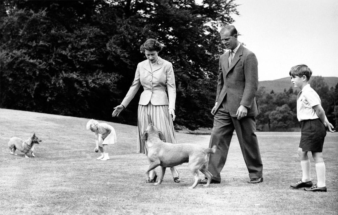 Елизавета II с мужем и детьми в резиденции королевской семьи в Балморале. 1955 год.