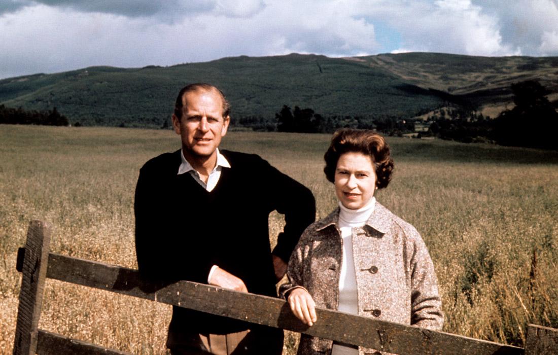 Елизавета II вместе с супругом Филиппом в поместье Балморал в Шотландии. 1972 год.