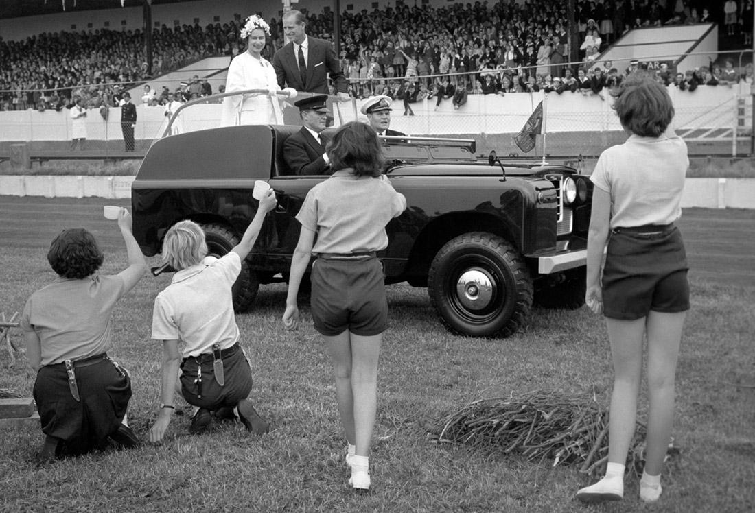 Королевская чета на стадионе города Нью-Хейвен на юге Англии. 1962 год.