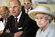 Королевская чета во время посещения больницы университетского колледжа в Лондоне. 2005 год.