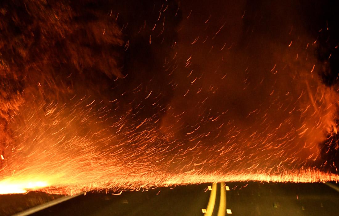 Распространение огня также привело к перебоям с электроснабжением. Более 260 тыс. человек на юге штата остаются без электричества
