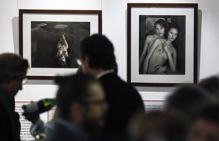Облившего фотографию на выставке Стёрджеса в Москве мужчину задержали