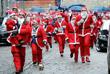 Сотни бегунов в костюмах Санта-Клаусов в Риге