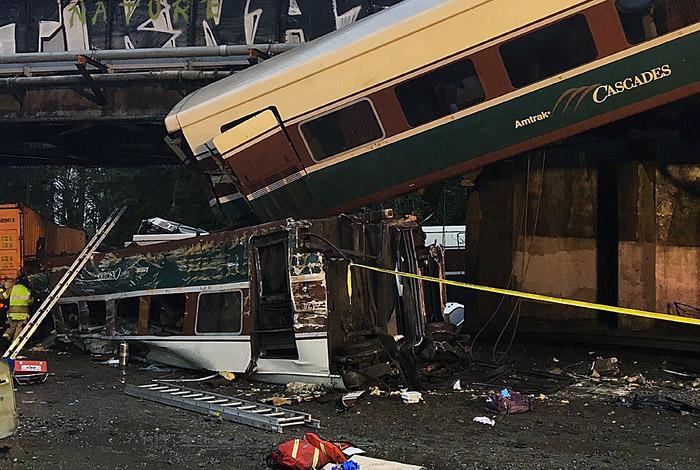 В США скоростной поезд сошел с рельсов и упал на автотрассу