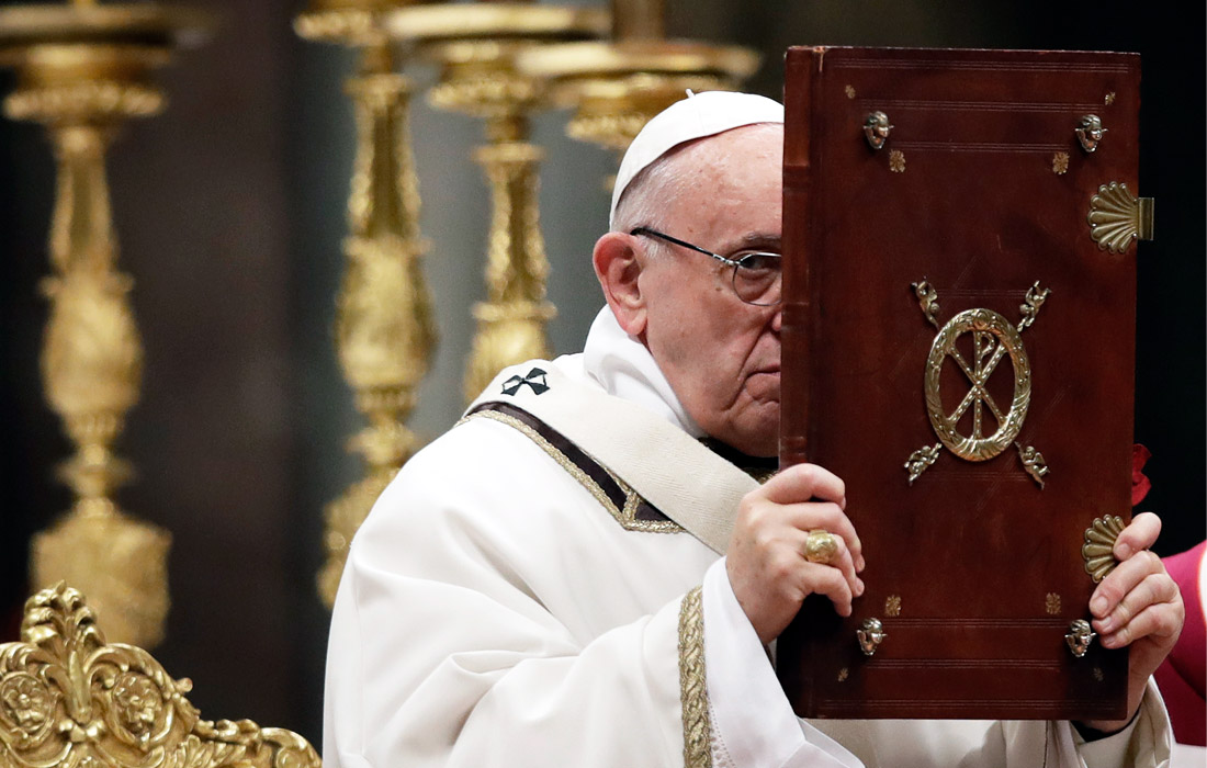 Папа римский Франциск на праздничной службе в Ватикане в соборе Святого Петра
