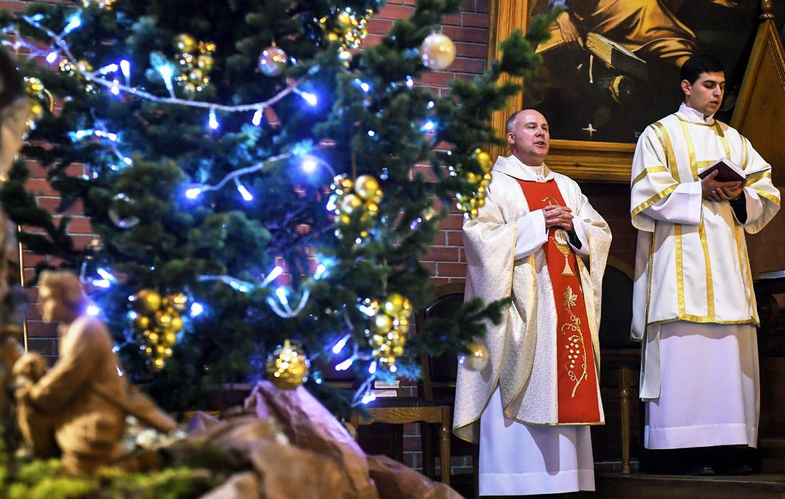 Во время Рождественской мессы в кафедральном соборе Преображения Господня в Новосибирске