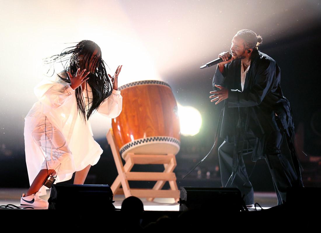Хип-хоп исполнитель Кендрик Ламар (справа) во время выступления