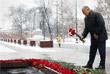 Лидер КПРФ Геннадий Зюганов возлагает цветы к Могиле Неизвестного Солдата  в Александровском саду в честь 75-летия Сталинградской битвы