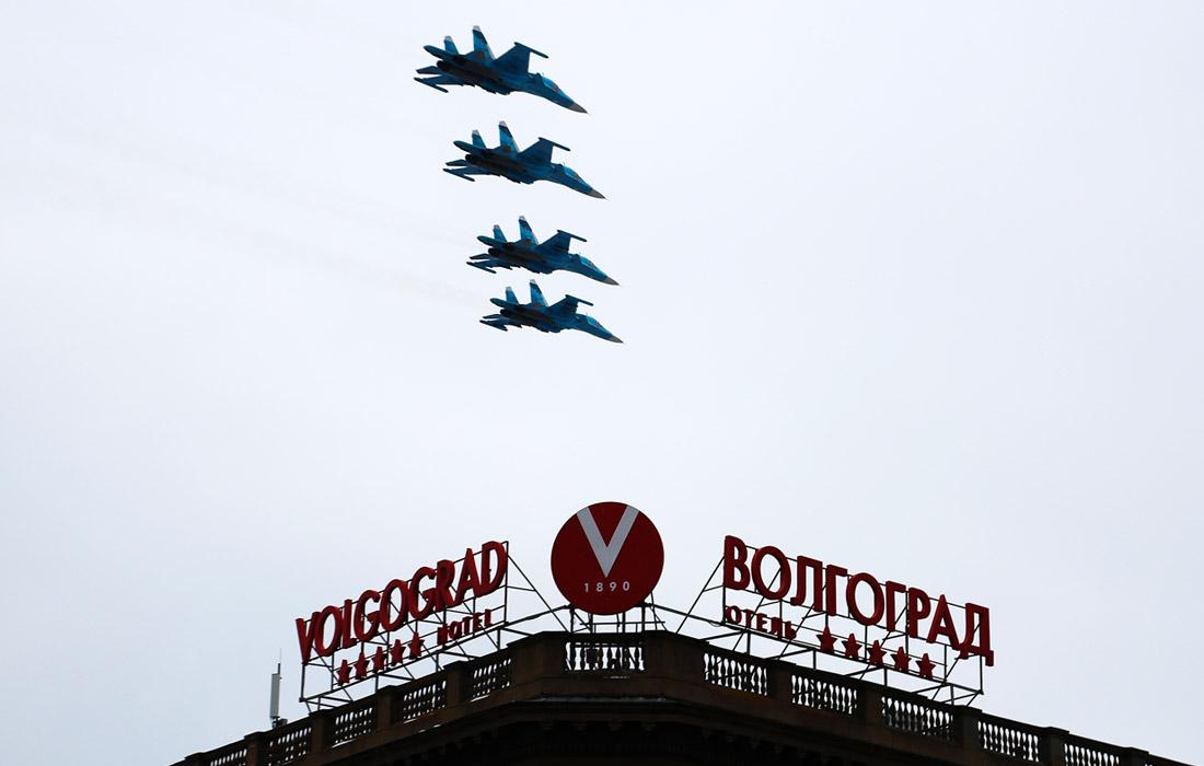 Многофункциональные бомбардировщики-истребители Су-34 во время военного парада в Волгограде