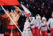 Атлет из Тонга Пита Тауфатофуа несет флаг своей страны на церемонии открытия Олимпиады