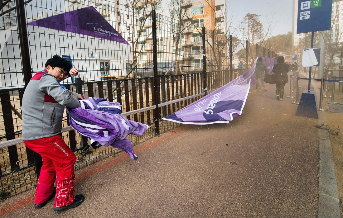 НаОлимпиаде вПхенчхане наблюдателей сдувает ураганным ветром, состязания отменены