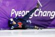 Член женской сборной Великобритании по шорт-треку Элиза Кристи после падения в полуфинальном заезде на 1500 м среди женщин