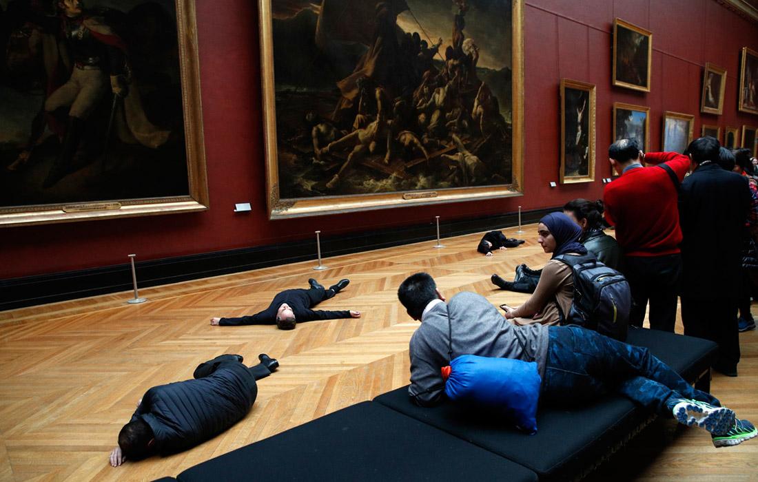 Акция защитников окружающей среды прошла в парижском Лувре. Активисты выступают против спонсирования музея нефтяными компаниями.