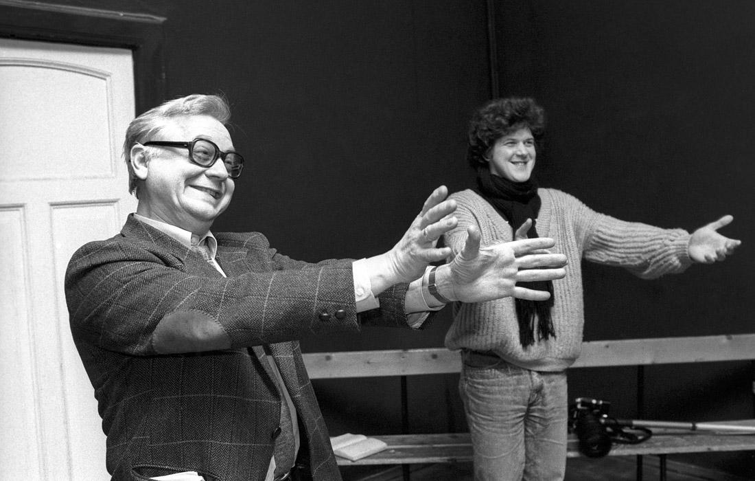 Олег Табаков на репетиции с молодыми актерами. 1989 год.