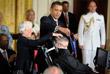 В 2009 году президент США Барак Обама наградил Хокинга медалью Свободы - одной из высших американских наград.